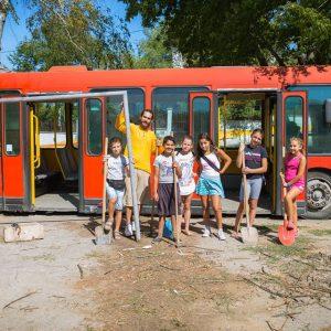"""Автобус-библиотека """"паркира"""" в средата на Ябълката_Място (СНИМКИ)"""