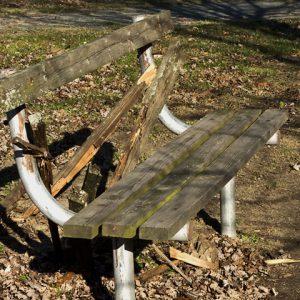 Проблемите в града: Ежедневно рушат пейки, чешми и градинки, а кошчета навсякъде липсват